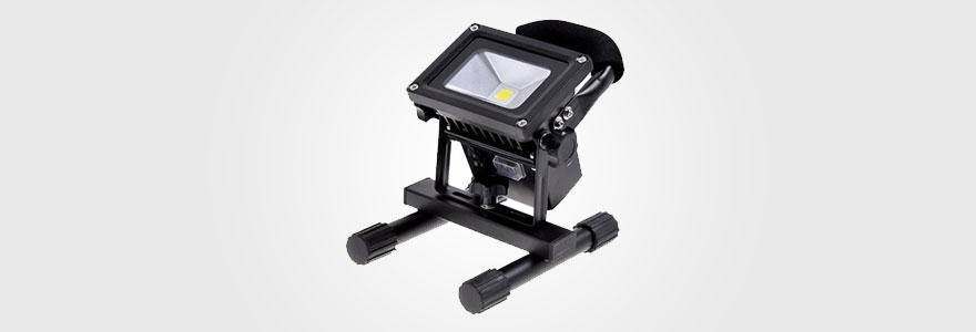 projecteur LED extérieur portable et rechargeable noir pour chantier